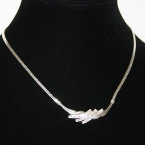 Beautiful silver and rhinestone necklace Adjust.